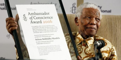 67835_Nelson_Mandela_receiving_the_Ambassador_of_Conscience_Award_2006(2).jpg