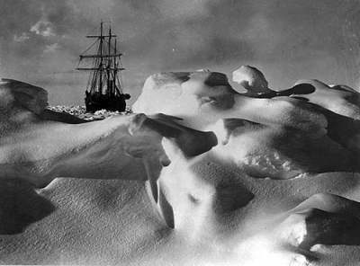 the-endurance-behind-rounded-ice-mounds-in-the-weddell-sea.jpg